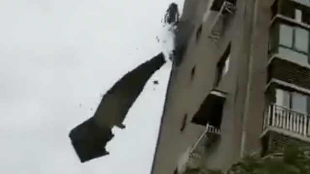 台风来袭!温州一高楼外墙成片脱落