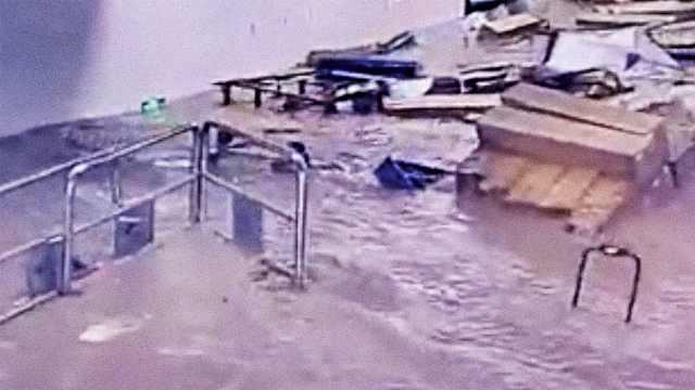 惊险一刻!乘客刚跑出,地铁站就被淹