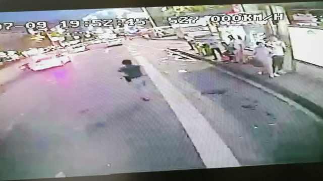 2贼贴身偷女子手机,逃百米被制服