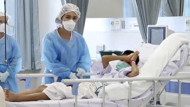泰足球少年住院视频曝光:双手合十
