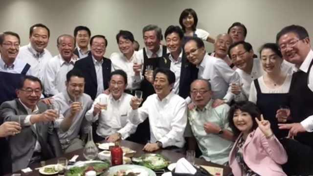 日本大雨成灾,安倍却还在喝酒聚会