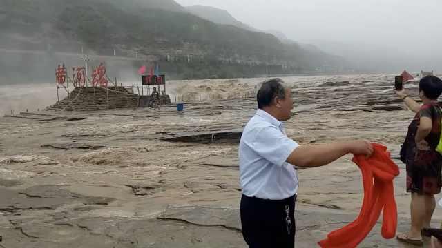 壶口瀑布遇今年最大洪水,临时关闭