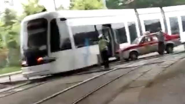 豪华一撞!的士撞停有轨电车,负全责