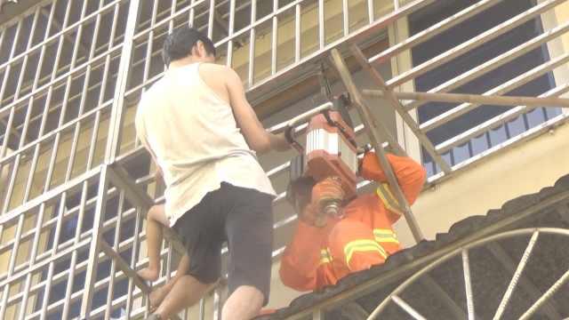 5岁男童头卡防盗网,街坊踩雨棚托举