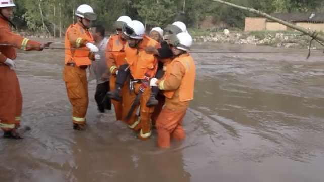 河水猛涨困村庄,消防悬绳救19村民