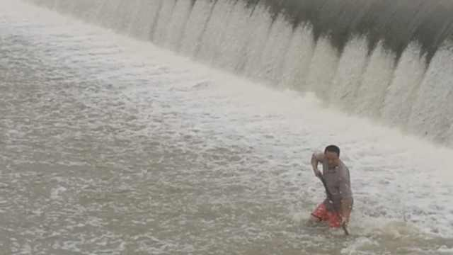 危险!市民持渔网堵泄洪口,疯狂捕鱼