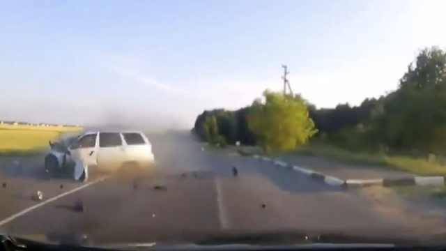 两车正面相撞后粉碎,撞飞数十米