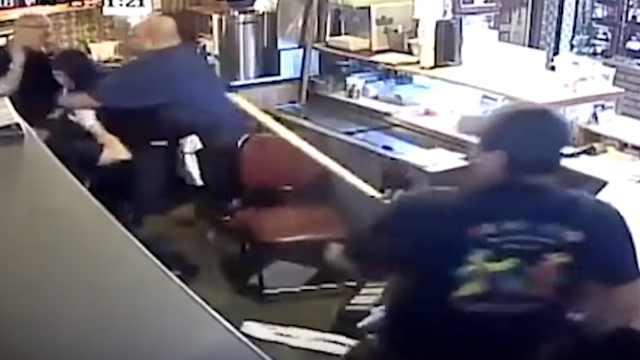 男子持刀抢劫,被剽悍店员群殴制服