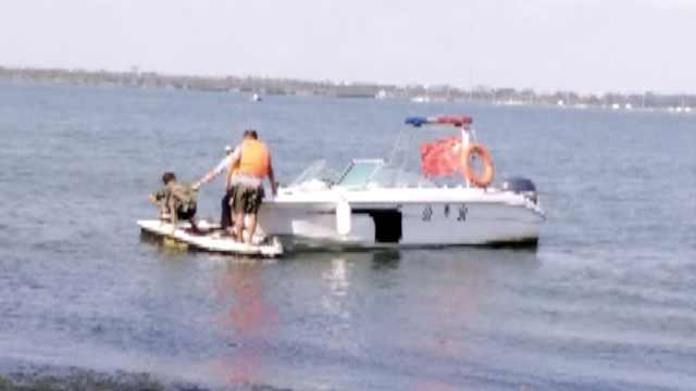 13岁男孩想静静,独自驾船被困江心