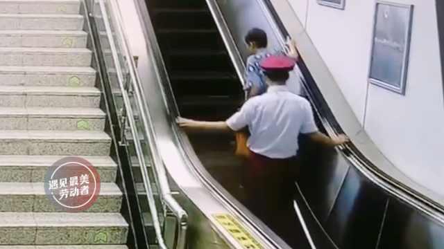 老太独自乘地铁,小哥一路跟随守护
