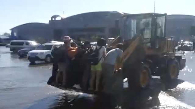 跨境大桥工地被淹,铲车载人过海关