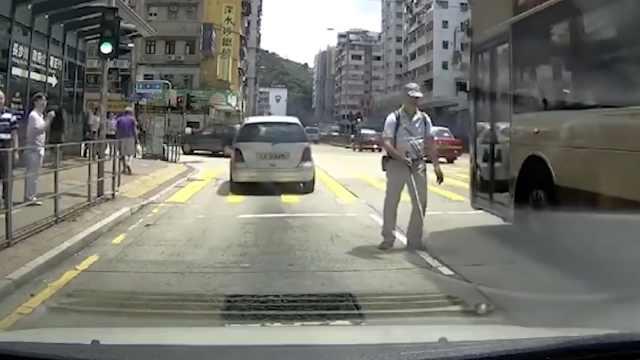 视障者误上机动车道,暖男司机相救