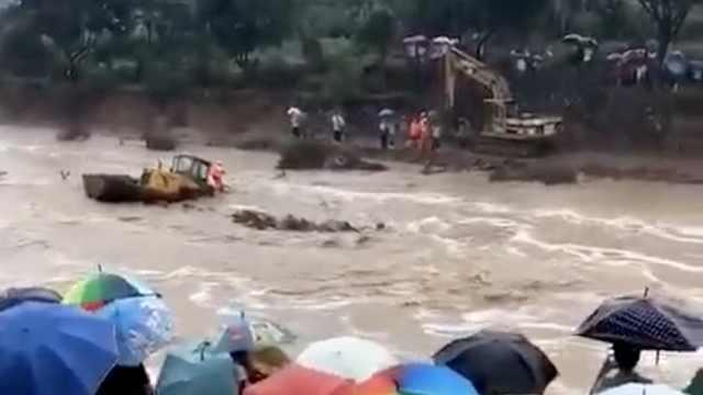 铲车被洪水冲走,救援场面惊心动魄