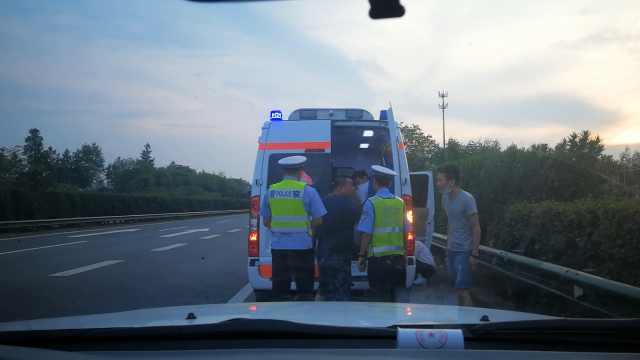 载病人急救车遇故障,交警一路护送