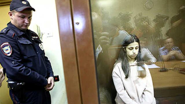 俄三姐妹刺死黑帮父亲,判刑两个月