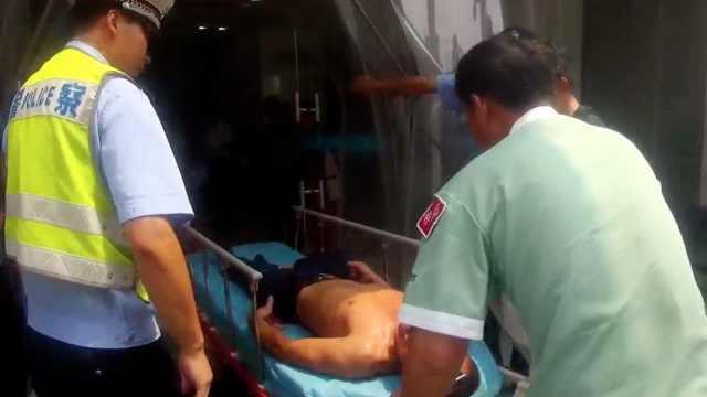 男子被电伤,交警用警车接力救援