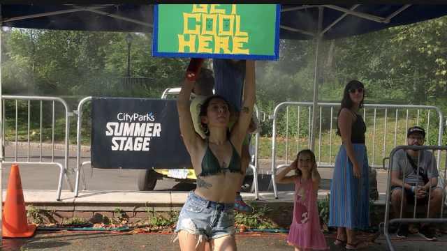 超过30度!纽约美女降温喷雾下热舞