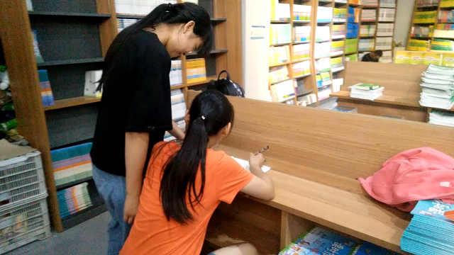 学霸姐妹书店写作业:写不完不回家