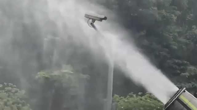 炮雾车等红灯,水雾直喷电子眼