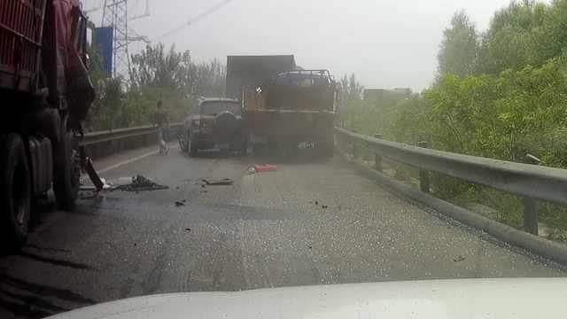 货车司机开车打瞌睡,眨眼致5车受损