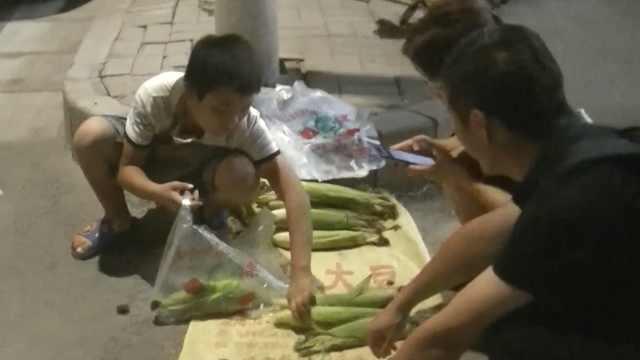 12岁男孩路灯下卖玉米:钱不好挣