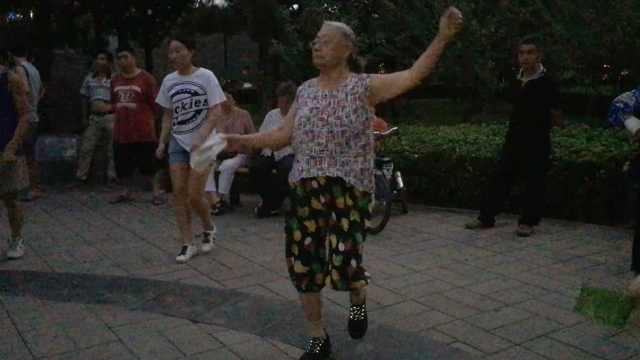 牛!68岁大妈迷上鬼步舞俩月瘦10斤