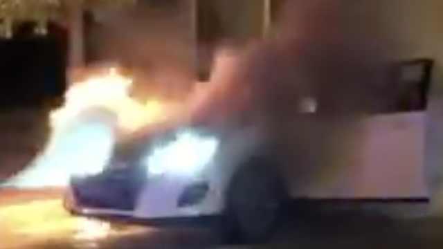 小车起火浑不知,交警追车拦停灭火