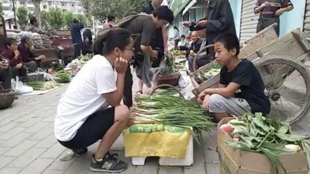 15岁留守少年卖菜:回家还照顾奶奶
