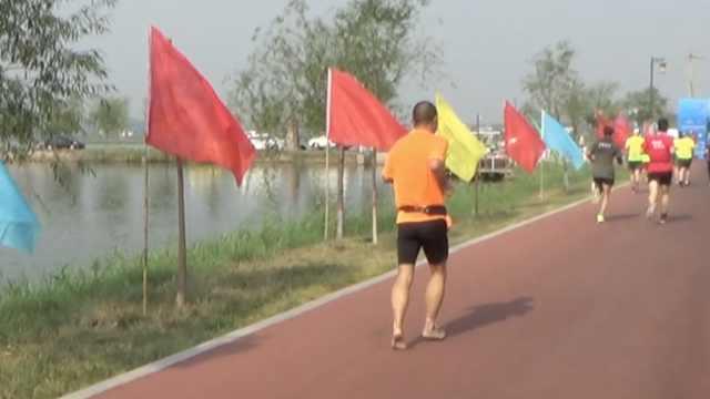 牛!大叔赤脚跑完半程马拉松:当按摩