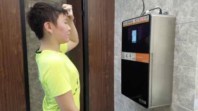 公厕现刷脸取纸,每人半小时只取1次