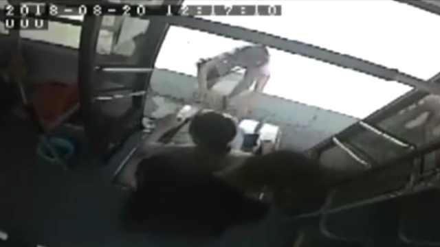 公交司机3天2次 帮轮椅女孩上下车