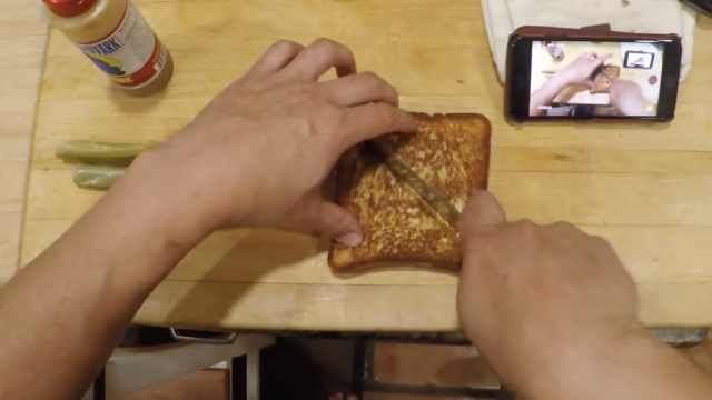 流口水了!看歪果吃货深夜做三明治