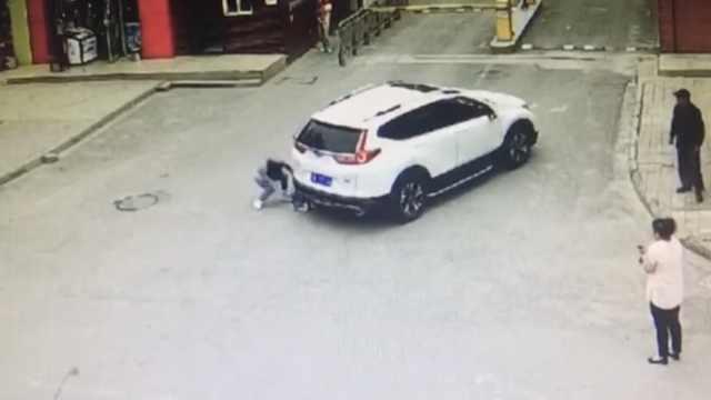 3岁男孩蹲地遭车碾过,书包救他1命