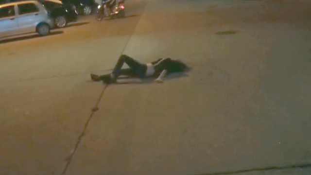 深夜美女醉倒路中央,路人报警求助