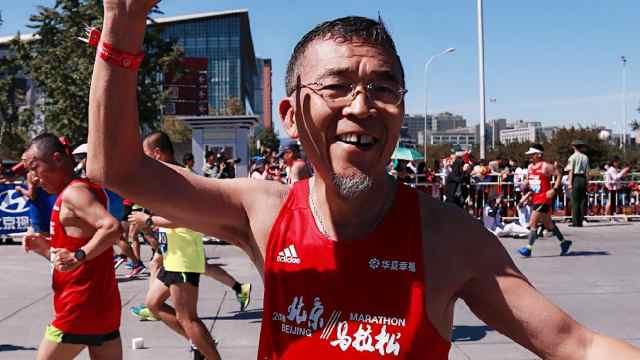 61岁北京大爷为老伴儿跑完北马全程