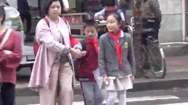 担心学生安全,家长每天义务送过街