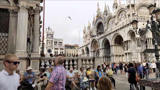 威尼斯拟禁止游客在景点席地而坐
