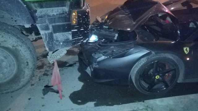 他借来法拉利撞上货车:车损过百万