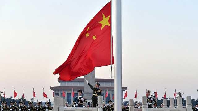 祝福祖国!天安门广场举行升旗仪式