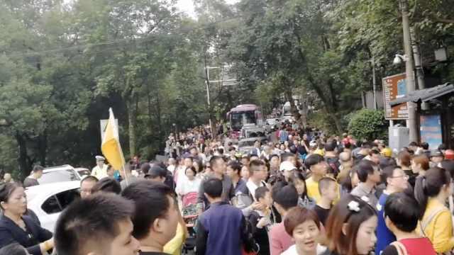 重庆景区人山人海,游客佛系排队