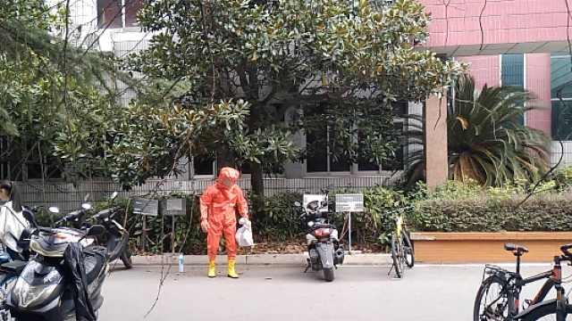 教学楼门口现马蜂窝,消防紧急摘除