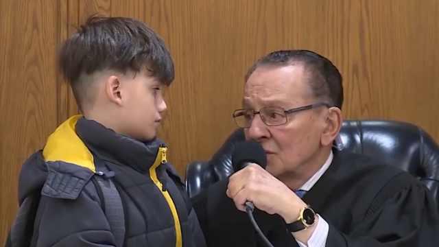 暖心法官爷爷,让8岁小男孩审母亲