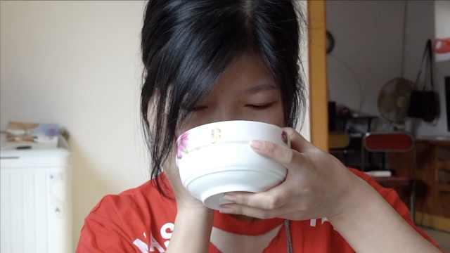 20岁女儿患怪病,妈妈陪吃流食三年