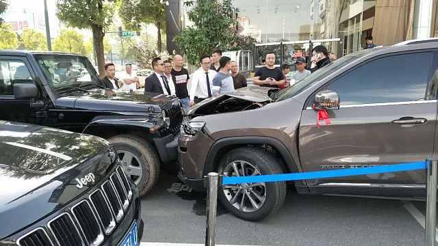 疑与4S店发生纠纷,女子驾车连撞7车