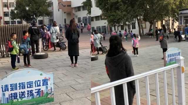 小学生赶路上学,国歌响起立正敬礼