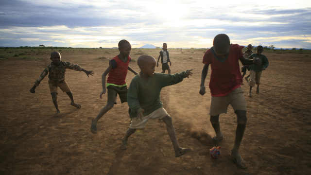 英媒:非洲每年上千儿童因足球被拐 伊朗vs韩国