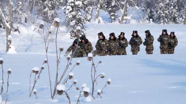 长白山积雪没大腿,战士回营先铲雪