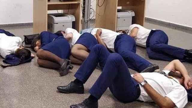 空姐摆拍睡地板被开,公司监控打脸