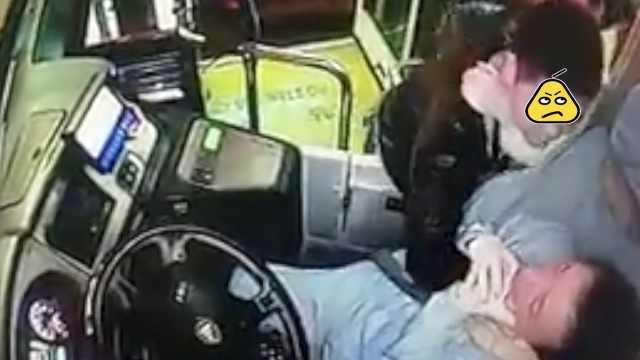男乘客坐反公交,竟锁喉司机2分钟