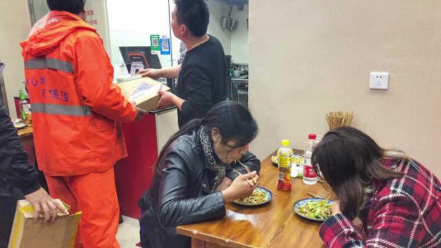 杭州深夜纸箱食堂:纸箱可换宵夜